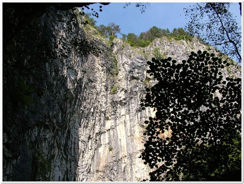Meredek sziklafal